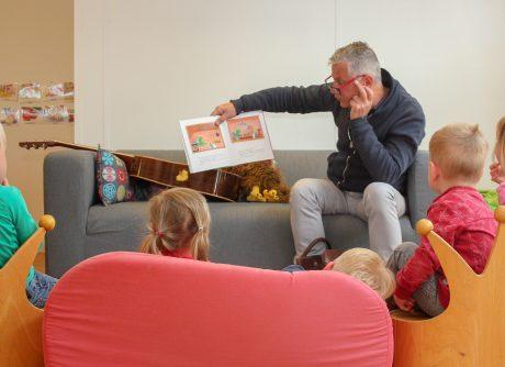 Wim Bevelander leest voor bij Lieve Luitjes